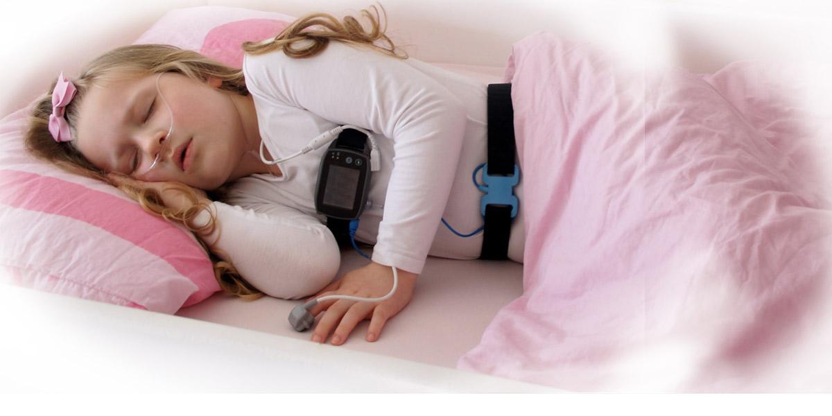 SOMNOtouch™ RESP Pädiatrie am Patienten, Kind, verkabelt, appliziert. Pädiatrische Polygraphie, Kardio-respiratorisches Screening im Scheckkartenformat. Höchster Patientenkomfort